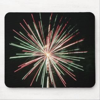 Fuegos artificiales rojos y verdes mouse pad