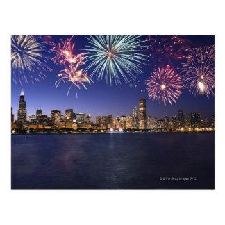 Fuegos artificiales sobre el horizonte 2 de tarjeta postal