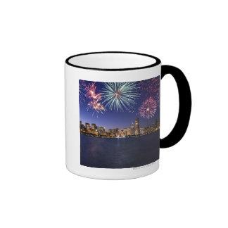 Fuegos artificiales sobre el horizonte 2 de taza de dos colores