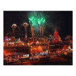 Fuegos artificiales verdes sobre las luces de la p arte con fotos