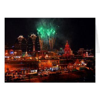 Fuegos artificiales verdes sobre luces de la plaza felicitaciones