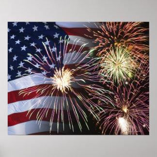 Fuegos artificiales y bandera americana póster