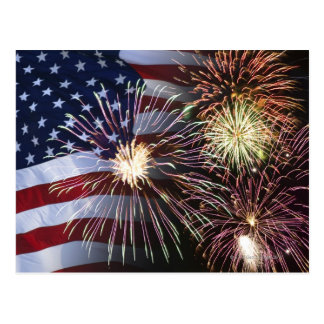 Fuegos artificiales y bandera americana postal