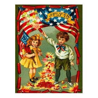 Fuegos artificiales y niños del vintage postal