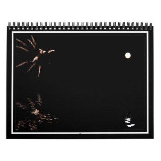 Fuegos artificiales y reflexión de la luna calendario