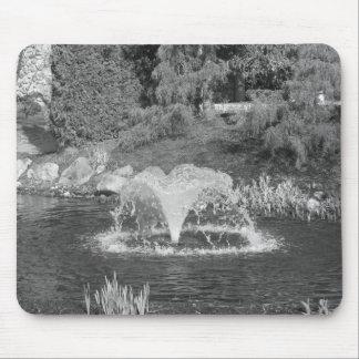 Fuente de agua blanco y negro alfombrillas de raton