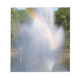 Fuente de agua de la charca con el arco iris blocs de papel