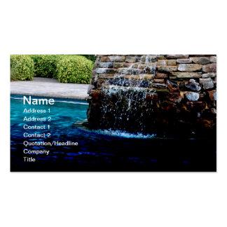 fuente de piedra en una piscina de la en-tierra tarjetas de negocios
