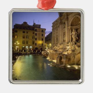 Fuente en la noche, Roma, Lazio, Italia del Trevi Adorno Cuadrado Plateado