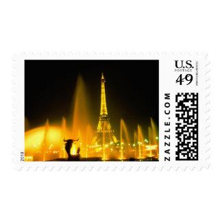 Fuente en la torre Eiffel famosa París Estampillas