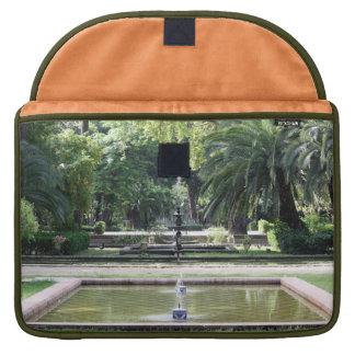 Fuente en Parque de María Luisa, Sevilla Fundas Macbook Pro