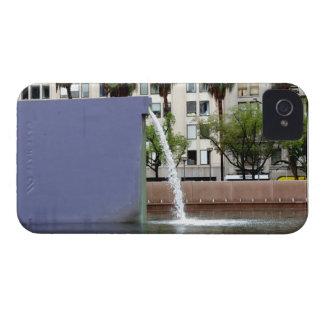 Fuente púrpura del acueducto iPhone 4 Case-Mate protectores
