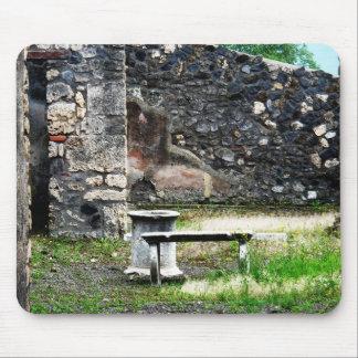 Fuente y banco del mármol del patio de Pompeya Tapete De Ratón