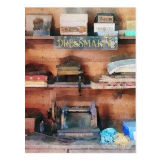 Fuentes de la modistería y máquina de coser postal