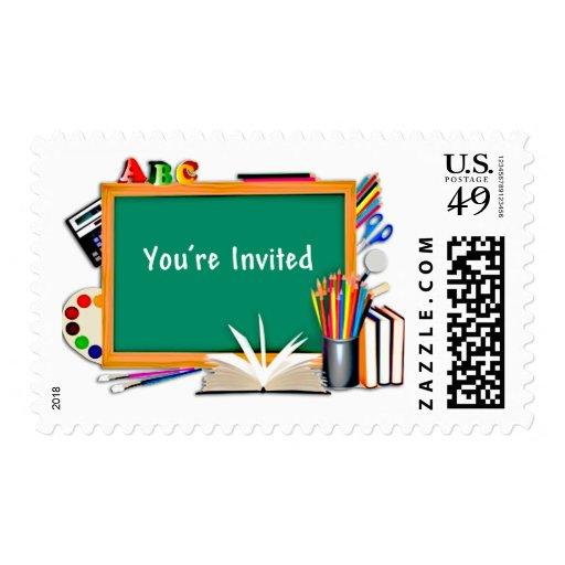 Fuentes de la sala de clase, libros, pizarra sellos postales