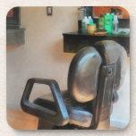 Fuentes de la silla y del pelo de peluquero posavaso