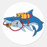 Fuera de tiburón del agua pegatina redonda