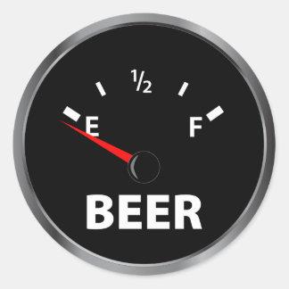 Fuera del indicador de la gasolina de la cerveza pegatina redonda