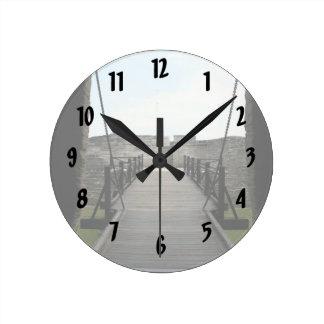 Fuerte en St Augustine que mira de castillo Reloj Redondo Mediano