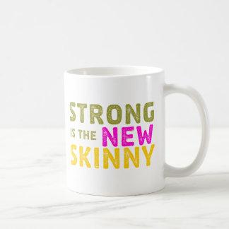 Fuerte es el nuevo flaco - bosquejo tazas de café