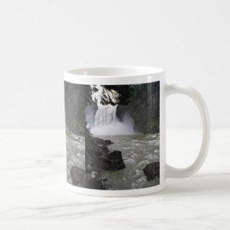 Fuerza y caída taza de café