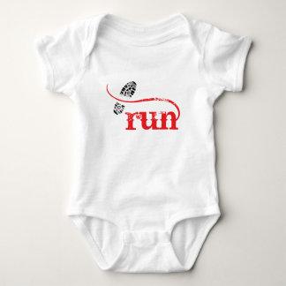 Funcionamiento/corredor por la joyería y los t-shirt