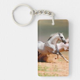 funcionamiento de dos caballos blancos llavero rectangular acrílico a una cara