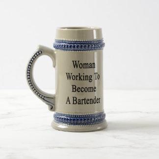 Funcionamiento de la mujer a hacer un camarero tazas de café