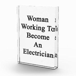 Funcionamiento de la mujer a hacer un electricista