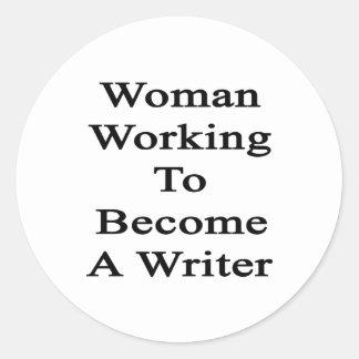 Funcionamiento de la mujer a hacer un escritor pegatina redonda