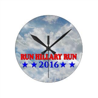 Funcionamiento Hillary - roja y azul - ninguna BG  Reloj Redondo Mediano