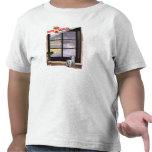 Funcionamiento lindo del estudiante para coger el camisetas