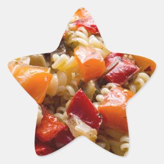 Fusilli italiano de las pastas con la salsa pegatina en forma de estrella
