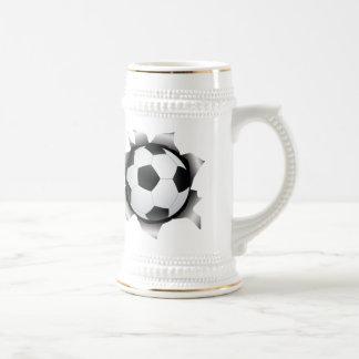 fútbol a través de la hoja de metal jarra de cerveza