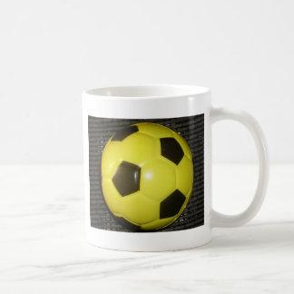 Fútbol amarillo y negro taza básica blanca