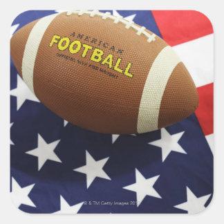 Fútbol americano con la bandera de los E.E.U.U. Calcomania Cuadrada Personalizada