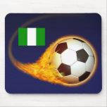 Fútbol ardiente de Nigeria Alfombrilla De Raton
