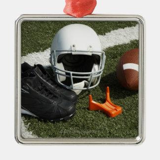 Fútbol, casco de fútbol americano, camiseta y adorno cuadrado plateado