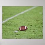 Fútbol cerca de la línea de las yardas póster
