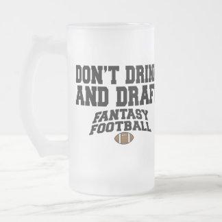 Fútbol de la fantasía - no beba y no elabore taza cristal mate