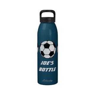 Fútbol de los deportes en su botella de agua adapt