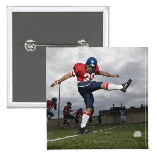 Fútbol de retroceso con el pie 2 del futbolista pin cuadrado