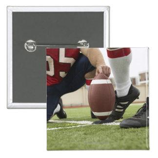 Fútbol de retroceso con el pie del futbolista pin cuadrada 5 cm