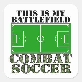 Fútbol del combate pegatina cuadrada