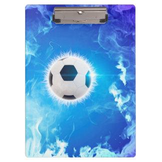 Fútbol del vuelo rodeado por el fuego blanco, azul