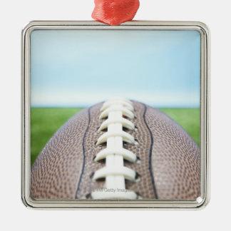 Fútbol en la hierba 2 adorno cuadrado plateado