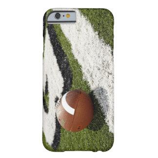 Fútbol en la línea de meta en campo de fútbol, funda de iPhone 6 barely there