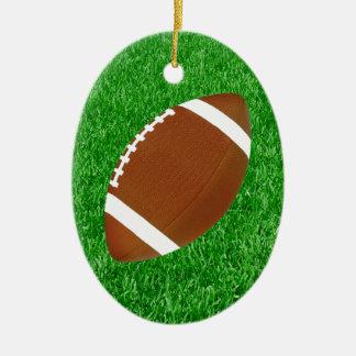 Fútbol en los ornamentos del césped adorno navideño ovalado de cerámica