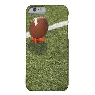 Fútbol encima de la camiseta en el campo de funda de iPhone 6 barely there