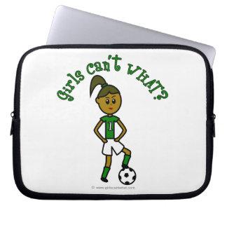 Fútbol oscuro de los chicas en uniforme del verde mangas portátiles